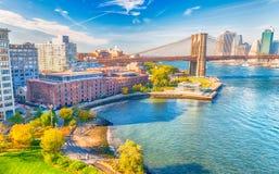 Lower Manhattan linia horyzontu od Manhattan mosta na pięknym dniu Obrazy Royalty Free
