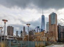 Lower Manhattan linii horyzontu widok od mola 25 - Nowy Jork, usa Zdjęcia Stock