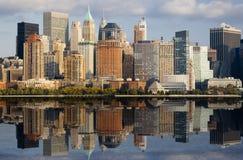 Lower Manhattan met Bezinning Stock Foto's