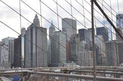 Lower Manhattan-Panorama von der Brooklyn-Brücke über East River von New York City in Vereinigten Staaten lizenzfreie stockfotografie