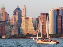 Lower Manhattan przy zmierzchem z żaglówką na zatoce Zdjęcie Royalty Free