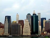 Lower Manhattan-Schattenbild auf dem Hintergrund des bewölkten Himmels Lizenzfreie Stockbilder