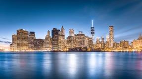 Lower Manhattan sikt från den Brooklyn bron parkerar i New York City Arkivfoton