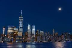 Lower Manhattan-Skyline an der blauen Stunde Stockbilder