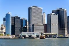 Lower Manhattan-Skyline, -fähre und -marksteine. Stockfotografie
