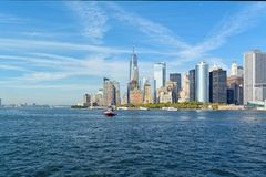 Lower Manhattan-Skyline am sonnigen Tag - New York City, USA Stockbild