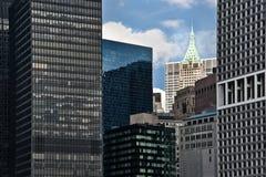 Lower Manhattan-Skyline und -wolkenkratzer Stockfotografie