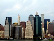 Lower Manhattan sylwetka na chmurnego nieba tle Obrazy Royalty Free