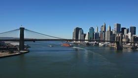 Lower Manhattan und Brooklyn-Brücke panoramisch lizenzfreies stockbild