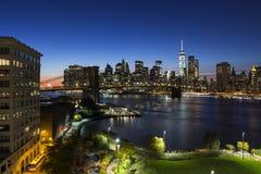 Lower Manhattan y tiro de la noche del puente de Brooklyn Imagen de archivo
