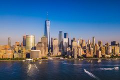 Lower Manhattanhorisont med en sikt av Freedom Tower, nya Yo royaltyfri bild