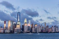 Lower Manhattanhorizon en maan die bij blauw uur toenemen Stock Afbeeldingen