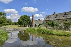 LOWER SLAUGHTER, THE COTSWOLDS, GLOUCESTERSHIRE, ENGLAND Cotswold stone cottages in summer afternoon sunlight stock images