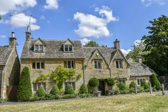 LOWER SLAUGHTER, THE COTSWOLDS, GLOUCESTERSHIRE, ENGLAND Cotswold stone cottages in summer afternoon sunlight stock photography