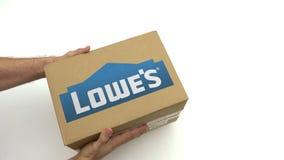 LOWES logo na kartonie w rękach Redakcyjna klamerka zbiory