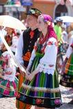 Lowicz/波兰- 5月31 2018年:在一个五颜六色的民间传说和妇女打扮的观点的夫妇、男人,地方服装 免版税库存图片