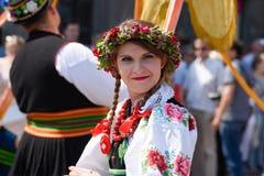 Lowicz/波兰- 5月31 2018年:在一个五颜六色的民间传说打扮的妇女,地方服装的画象 库存图片