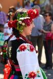 Lowicz/波兰- 5月31 2018年:在一个五颜六色的民间传说打扮的妇女,地方服装的画象 库存照片