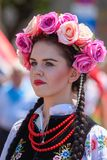 Lowicz/波兰- 5月31 2018年:在一个五颜六色的民间传说打扮的妇女,地方服装的画象 免版税库存图片