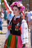 Lowicz/波兰- 5月31 2018年:在一个五颜六色的民间传说打扮的妇女,地方服装的画象 图库摄影