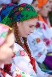 Lowicz/波兰- 5月31 2018年:科珀斯克里斯蒂教会假日队伍 地方妇女在伙计,地方服装穿戴了 库存照片