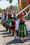 Lowicz/波兰- 5月31 2018年:科珀斯克里斯蒂教会假日队伍 地方妇女在伙计,地方服装穿戴了 免版税库存照片