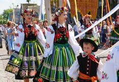 Lowicz/波兰- 5月31 2018年:科珀斯克里斯蒂教会假日队伍 地方妇女在伙计,地方服装穿戴了 库存图片