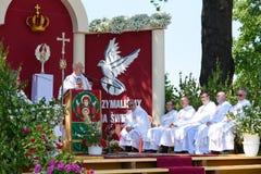 Lowicz/Polen - 31. Mai 2018: Lokaler Bischof, der eine Rede auf dem Altar während des Corpus Christi gibt Stockfotografie