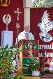 Lowicz/Polen - 31. Mai 2018: Lokaler Bischof, der eine Rede auf dem Altar während des Corpus Christi gibt Stockbild