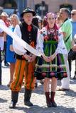 Lowicz/Polen - Maj 31 2018: Sikt av en iklädda par, man och kvinna en färgrik folklore, regional dräkt Arkivbilder