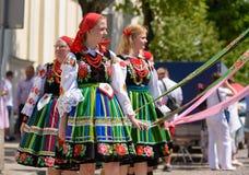Lowicz/Polen - Mei 31 2018: De vakantieoptocht van de Corpus Christikerk De lokale vrouwen kleedden zich in volks, regionale kost royalty-vrije stock fotografie