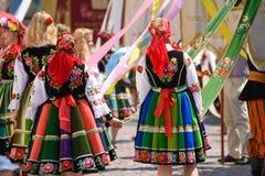 Lowicz/Polonia - 31 maggio 2018: Donne locali vestite in gente, costumi regionali fotografie stock