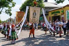 Lowicz/Polonia - 31 maggio 2018: Processione di festa della chiesa di Corpus Christi, parata immagini stock