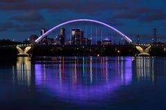 Lowry-Alleen-Brücke mit purpurroter Beleuchtung in Minneapolis Stockfotos