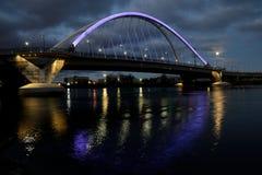 Lowry-Alleen-Brücke mit purpurroter Beleuchtung in Minneapolis Stockbild