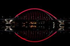 Lowry Alleen-Brücke und Fluss nachts Lizenzfreie Stockfotos