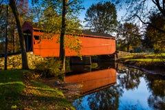 Loy的驻地被遮盖的桥,在农村弗雷德里克县, Marylan 库存照片