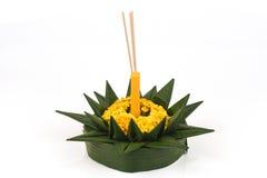 Loy Krathong节日, krathong由绿色香蕉叶子制成,黄色花、装饰香火和蜡烛 免版税库存图片
