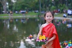 Loy Krathong-Festival, asiatisches Kindermädchen im thailändischen Trachtenkleid mit Holding krathong für Verzeihen Göttin der Ga stockfotos