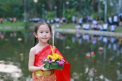 Loy Krathong-festival, Aziatisch Kindmeisje in Thaise traditionele kleding met holding krathong voor vergiffenisgodin Ganges aan  stock foto's
