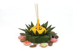 Loy Krathong Festival, krathong gemaakt van groene banaanbladeren, gele bloemen, sierwierook en kaarsen Royalty-vrije Stock Foto