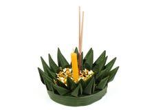 Loy Krathong Festival, krathong gemaakt van groene banaanbladeren, gele bloemen, sierwierook en kaarsen Stock Foto