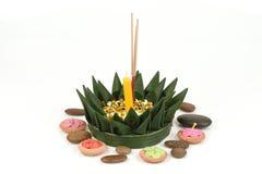 Loy Krathong Festival, krathong gemacht von den grünen Bananenblättern, von den gelben Blumen, vom dekorativen Weihrauch und von  Stockfoto