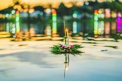 Loy Krathong-Festival, Leute kaufen Blumen und Kerze, um auf Wasser zu beleuchten und zu schwimmen, um das Loy Krathong-Festival  lizenzfreies stockfoto