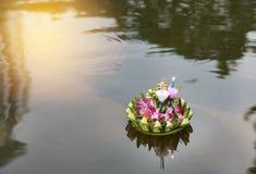 Loy Krathong festival, Krathong som svävar i dammet för förlåtelsegudinnan Ganges för att fira festival i Thailand fotografering för bildbyråer