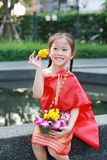 Loy Krathong festiwal, Azjatycka dziecko dziewczyna w Tajlandzkiej tradycyjnej sukni z mienia krathong dla przebaczenie bogini Ga fotografia royalty free