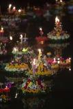 Loy Krathong-het festival, Mensen koopt bloemen en kaars aan licht en vlotter op water om het Loy Krathong-festival binnen te vie royalty-vrije stock foto's