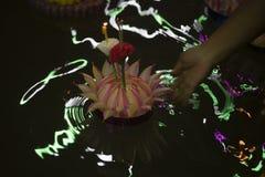 Loy Krathong-het festival, Mensen koopt bloemen en kaars aan licht en vlotter op water om het Loy Krathong-festival binnen te vie stock foto