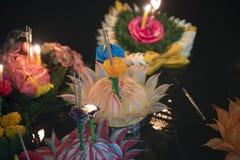 Loy Krathong-het festival, Mensen koopt bloemen en kaars aan licht en vlotter op water om het Loy Krathong-festival binnen te vie stock fotografie