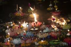 Loy Krathong-het festival, Mensen koopt bloemen en kaars aan licht en vlotter op water om het Loy Krathong-festival binnen te vie stock foto's